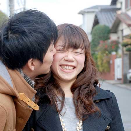 頬にキスされる女性