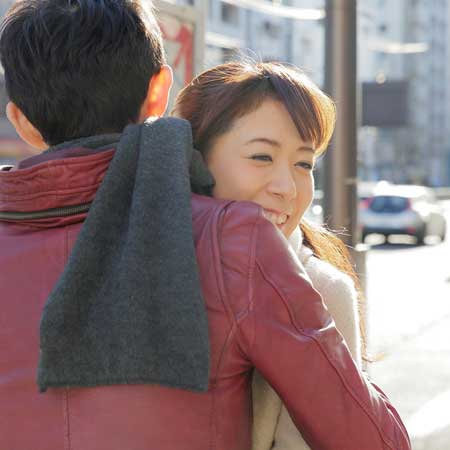 路上で抱き合う男女