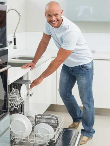 食器洗いをした男性