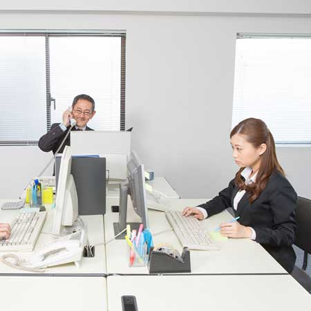 職場でパソコンに向かう女性