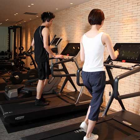 ジムで運動する男女