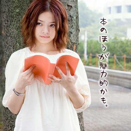 本を見ながら待つ彼女