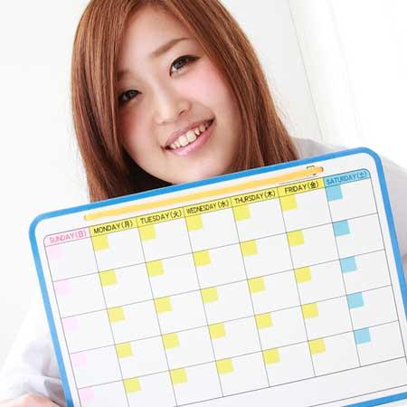 カレンダーを持ってる女性