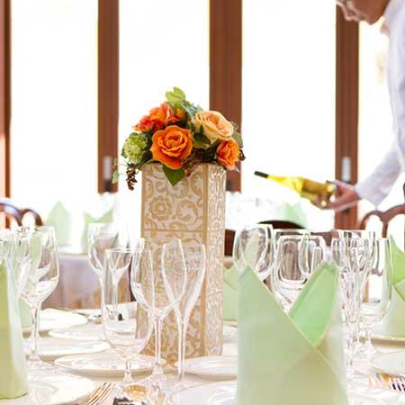 式場のテーブルの上に並んだグラス