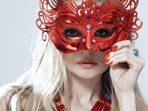 仮面を被った女性