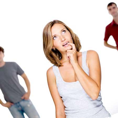 口に指を咥えた女性、背後に男性二人