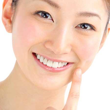 きれいな歯並びを見せる女性