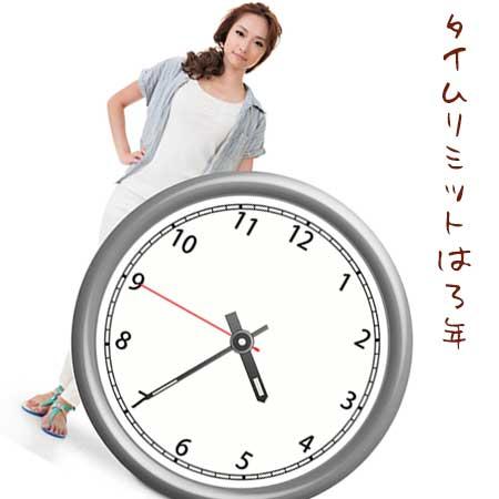 巨大な時計の後ろに立つ女性