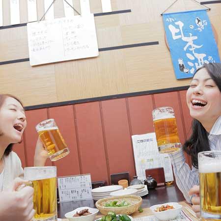 飲み会でビールを飲む女性達