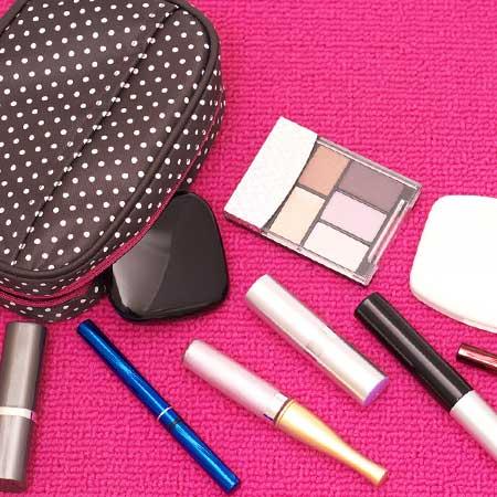 メイクポーチと化粧道具