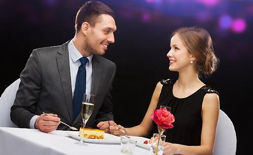 好きな女性に食事を奢る男性
