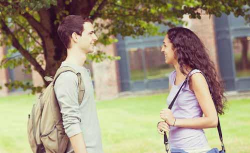 会話を楽しむ男と女