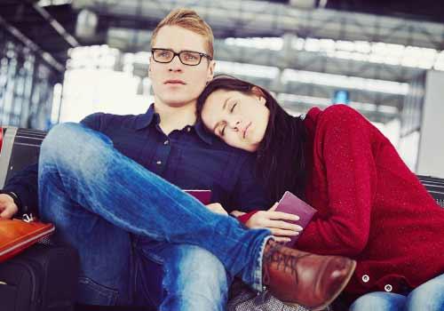 空港で飛行機を待つカップル