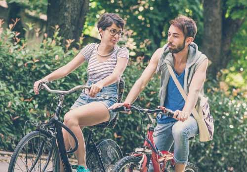 サイクリングを楽しむ恋人たち