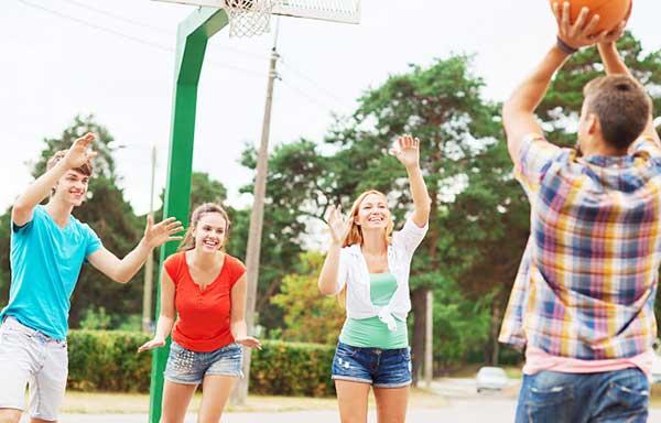 バスケを楽しむ男女