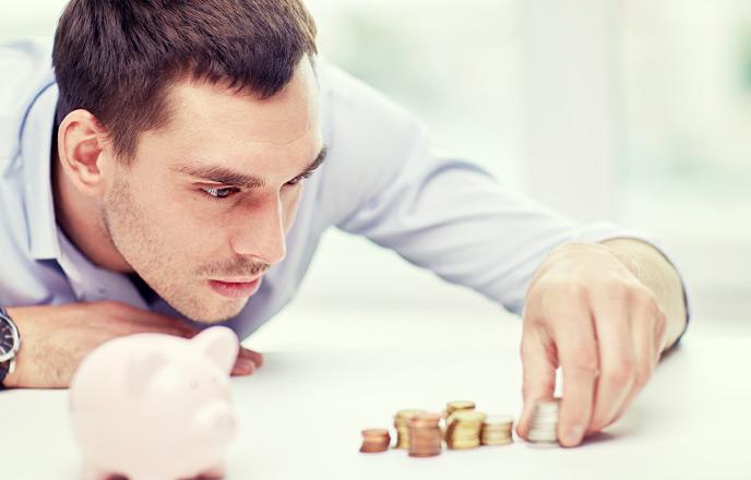 小銭を真剣に並べる男