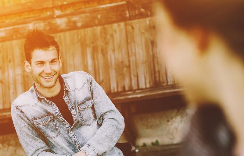 好きな人に出会って笑顔になっている男
