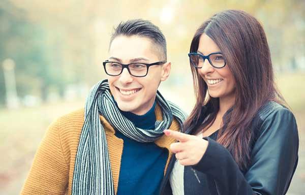 眼鏡がおそろいのカップル