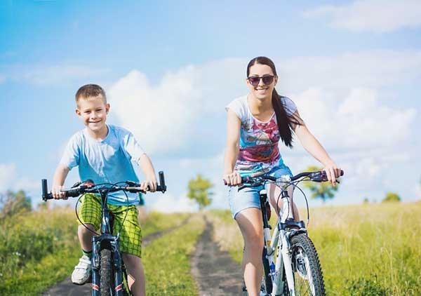 子どもとサイクリングを楽しむ女性