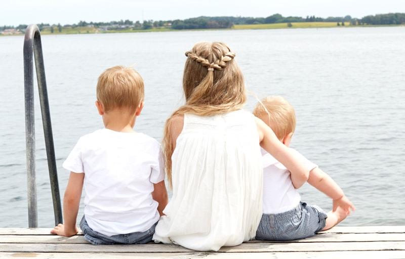 湖を眺める女性と子供