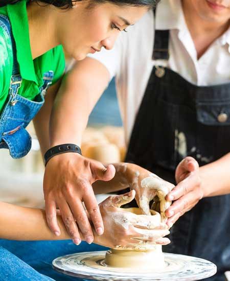陶芸体験する女性