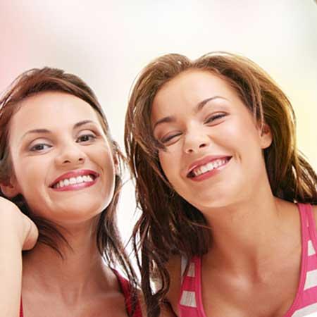 笑顔で並んでいる女性二人