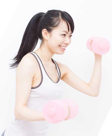 バーベルを持ちながら運動している女性