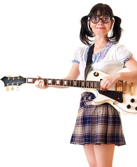 ギターを抱えるオタク女性