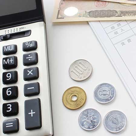 電卓と紙幣と硬貨