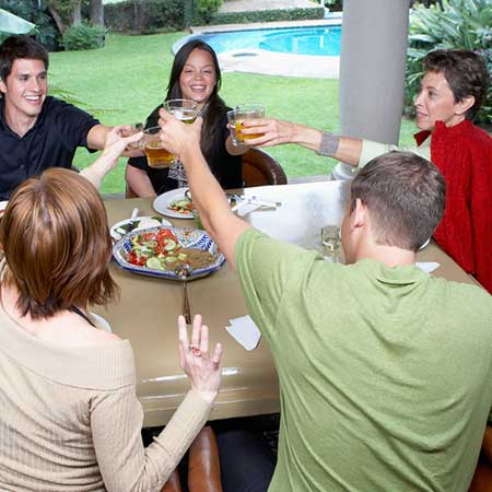 家族と一緒に食事する彼