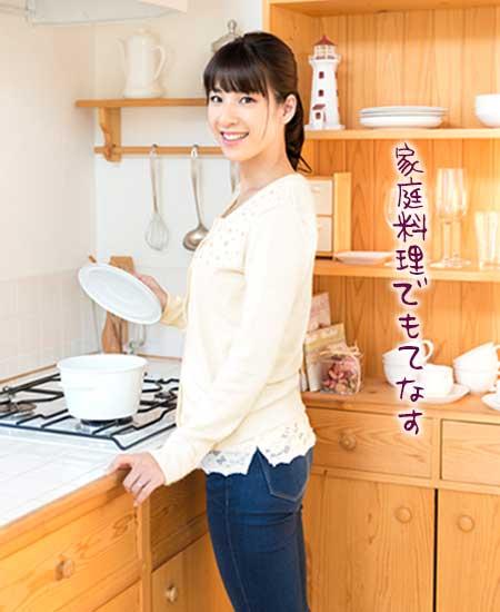 家の台所で手料理を作る女性