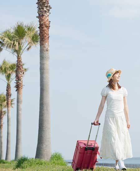 南国海岸を歩く女性
