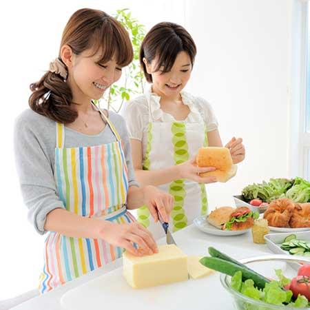 台所で料理している女性