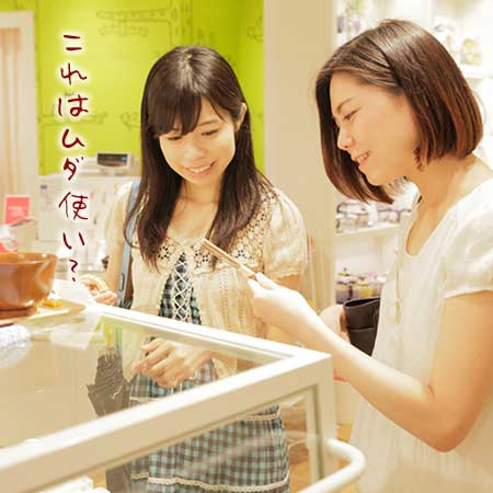 友達と買物している女性