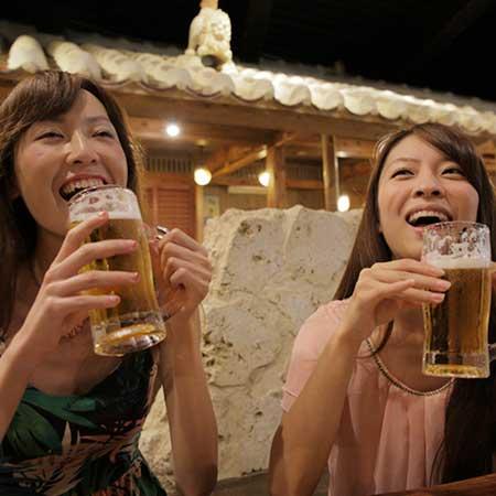 ビールを飲みながら談笑する女性達