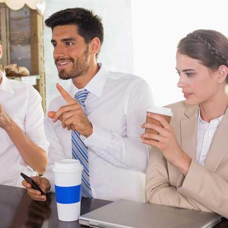 カフェで女性の隣で注文するビジネスマン