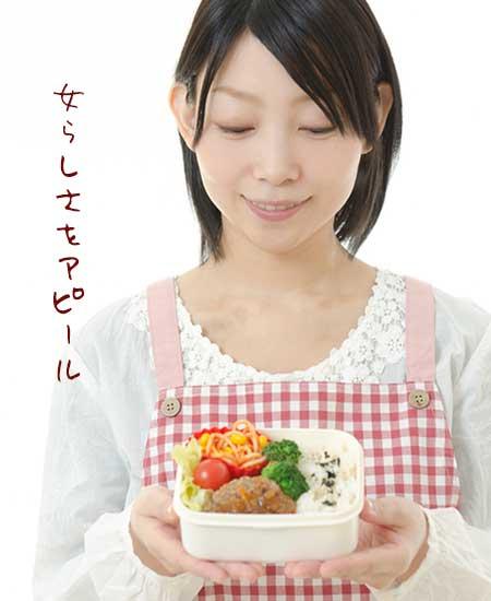 手作りの弁当を持つ女性