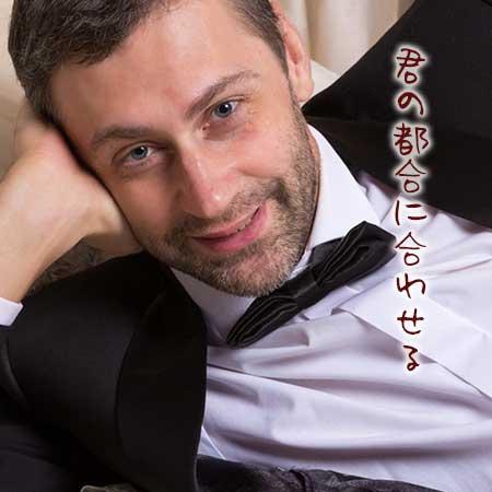 タキシードで横になりながら笑顔の中年男性