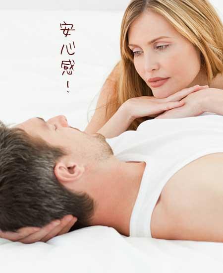 男性の胸に顎を乗せて見つめる女性