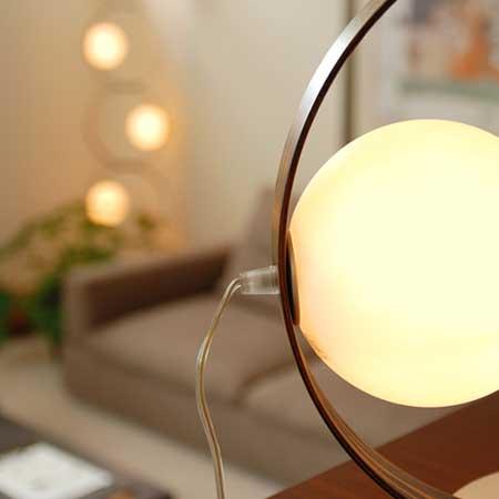暖色系の照明器具に照らされた部屋