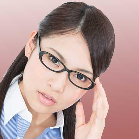 顔サイズに合う楕円メガネをした女性