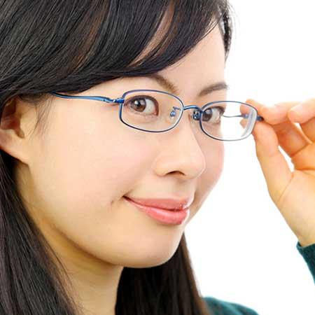 小顔の女性が小さいオーバル型のメガネを掛けている