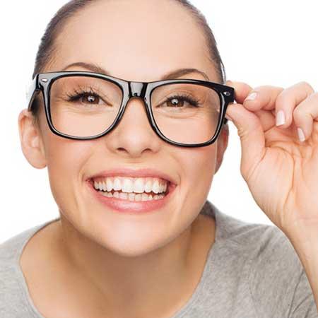 ウェリントン型メガネを掛けた面長の女性
