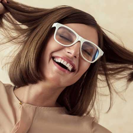 白ぶちメガネを掛けた女性