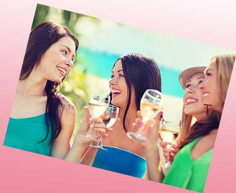女性グループで酒を飲んでいる