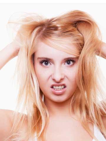 髪の毛を触る女