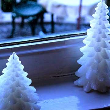 窓際とキャンドルのクリスマスツリー