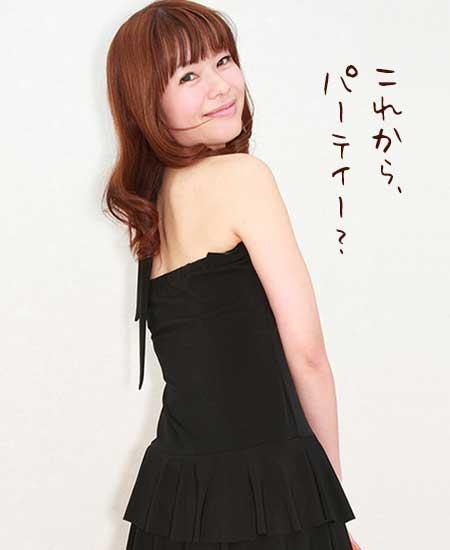 肩むき出しの黒のドレス姿の女性