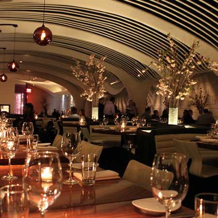 グラスが並ぶ高級レストラン