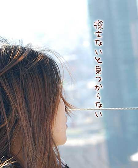 都会の空を見つめる女性
